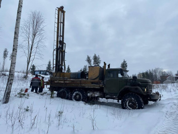 Начинаются работы с взятия проб по геологии, на этой неделе на территории 2-ой очереди работает буровая установка